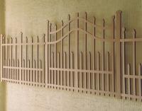 La clôture et le portail sont posés à une distance de 5 cm du mur et font le tour de l´espace d´exposition.